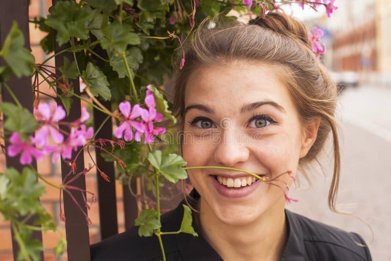 Ung charmig flickastående utomhus Lycka fotografering för bildbyråer
