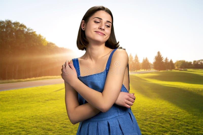 Ung charmig kvinna på grön gräsmatta royaltyfri foto