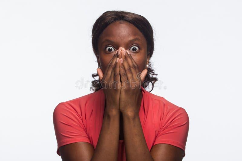 Ung chockad afrikansk amerikankvinna, horisontal royaltyfri fotografi