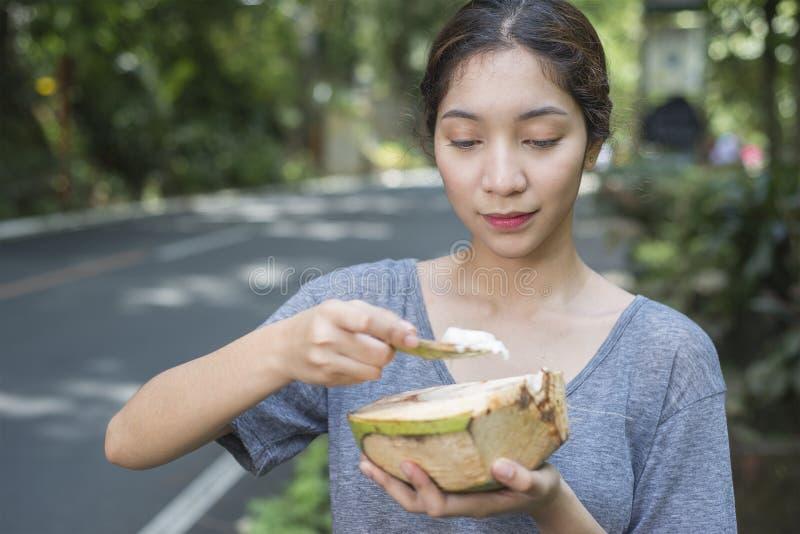 Ung dam With Coconut royaltyfri bild