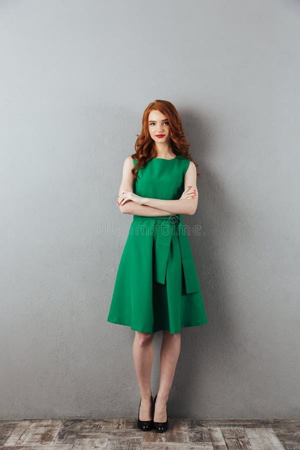 Ung dam för nätt rödhårig man i grön klänning royaltyfria bilder