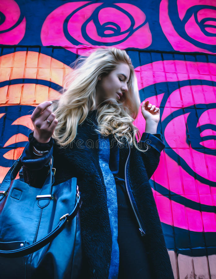 Ung dam mot färgrik bakgrund arkivbilder