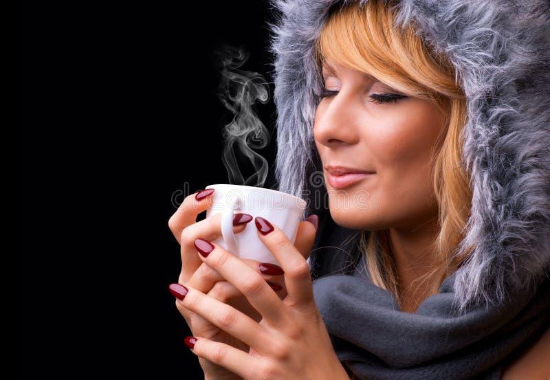 Ung dam som dricker kaffe arkivfoto