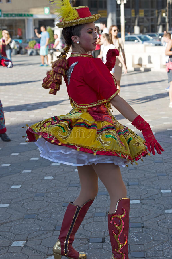Ung dansare från Chile i traditionell dräkt 1 arkivfoto