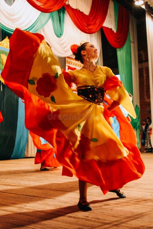 Ung dansarekvinna royaltyfri foto