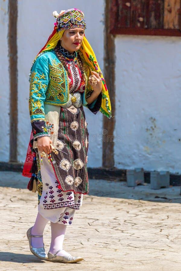Ung dansarekvinna från Turkiet i traditionell dräkt royaltyfri fotografi