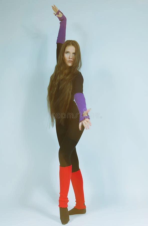 Ung dansarekvinna med långt hår royaltyfri bild