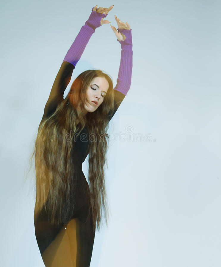 Ung dansarekvinna med långt hår arkivbilder