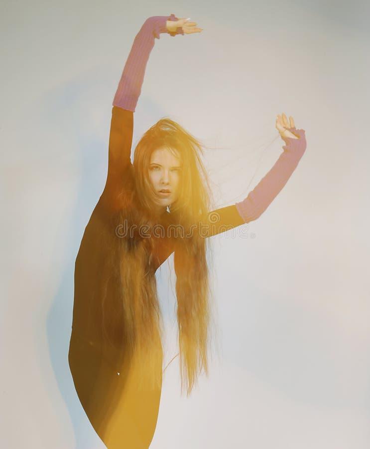 Ung dansarekvinna med långt hår royaltyfria bilder