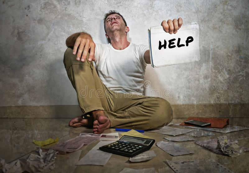 Ung desperat och stressad ledsen man som frågar för hjälp på inhemskt finansredovisningsproblem och svårigheter arkivbild