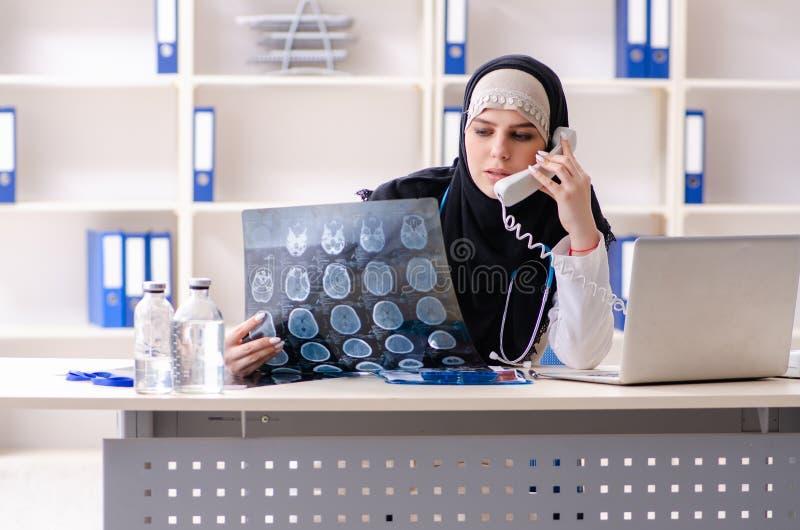 Ung doktor i hijab som arbetar i kliniken royaltyfria bilder