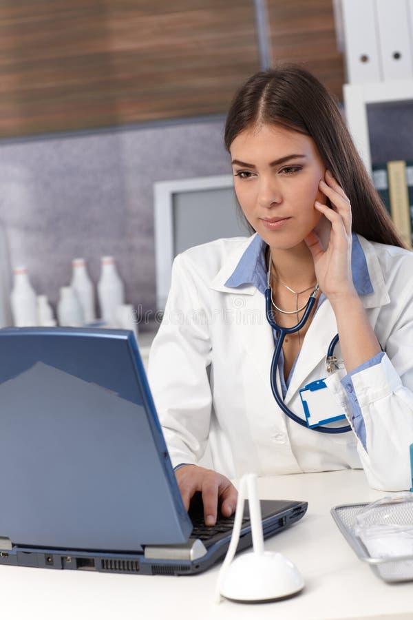 Ung doktor på kontoret arkivfoton
