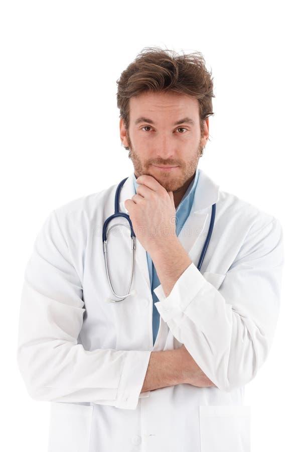 Ung doktor som questioningly ser royaltyfria bilder