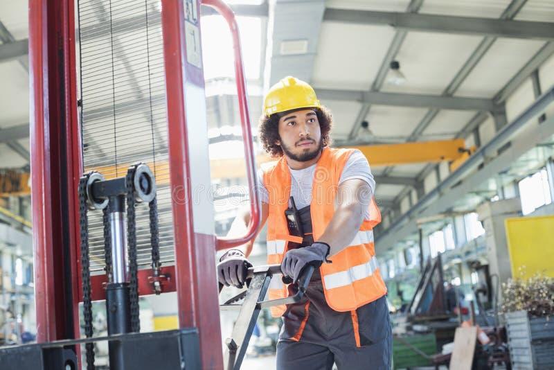Download Ung Driftig Handlastbil För Manuell Arbetare I Metallbransch Arkivfoto - Bild av skjuta, reflekterande: 78727318