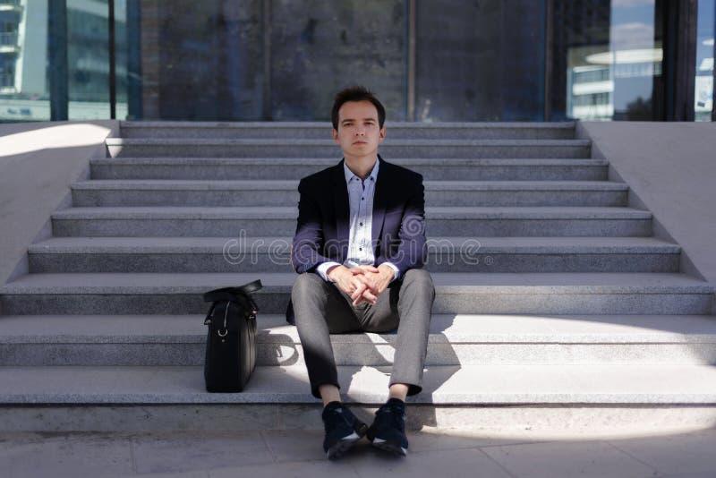 Ung eftertänksam grabbaffärsman som är ledsen och royaltyfri foto