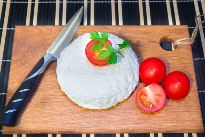 Ung ekostskärbräda med tomater och persilja Mozarella för pizza och sallader arkivfoton