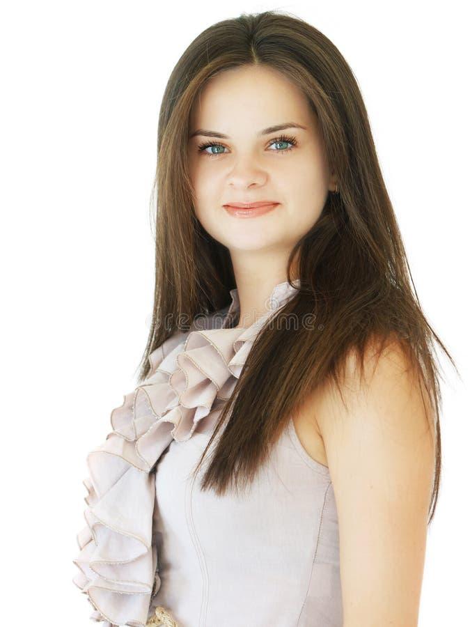 Ung elegant kvinna med ett leende på en vit bakgrund arkivbild