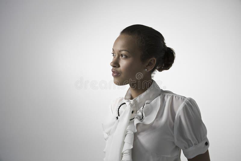 Ung elegant kvinna som bort ser fotografering för bildbyråer