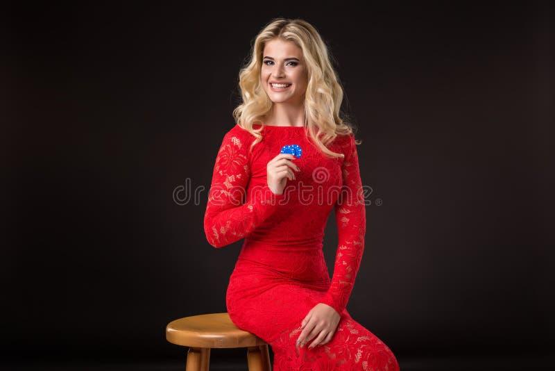 Ung emotionell kvinna som rymmer en grupp av chiper i hennes händer poker arkivbilder