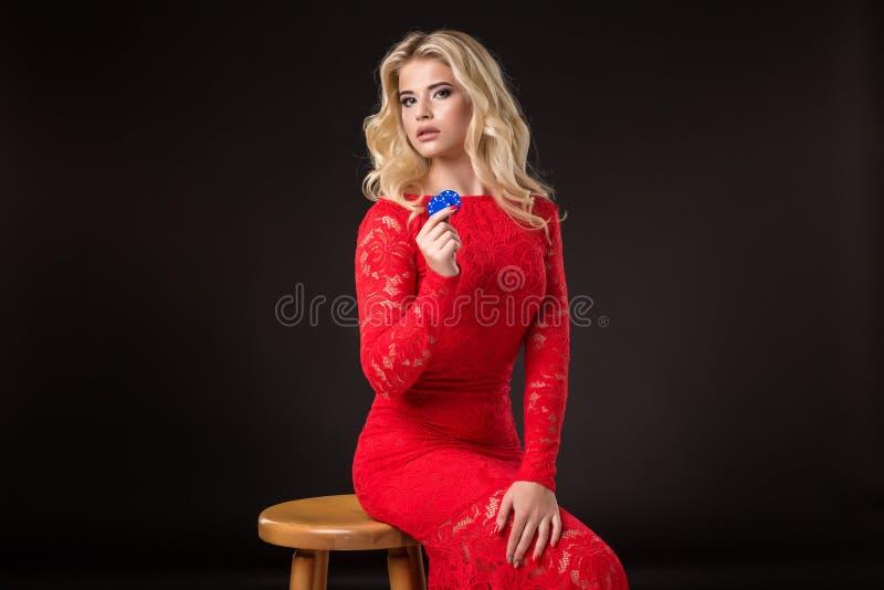 Ung emotionell kvinna som rymmer en grupp av chiper i hennes händer poker royaltyfri foto
