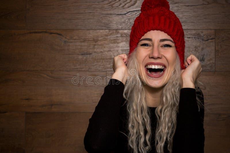 Ung emotionell kvinnablondin i ett varmt lock med långt hår royaltyfria bilder