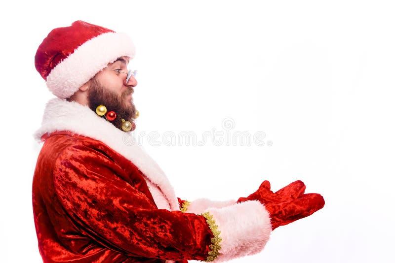 Ung emotionell skäggig man i en juldräkt arkivfoton