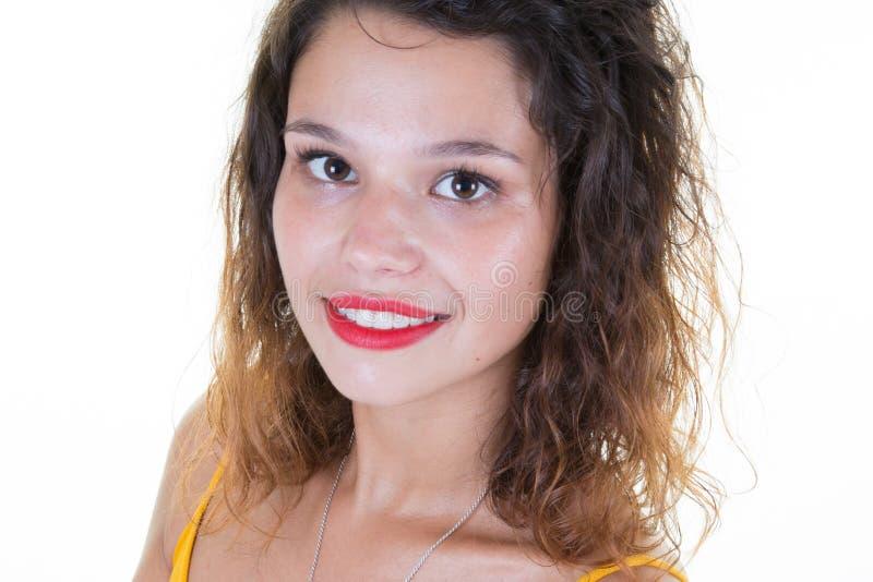 ung europeisk kvinnastående i nära övre skönhetflicka royaltyfria foton
