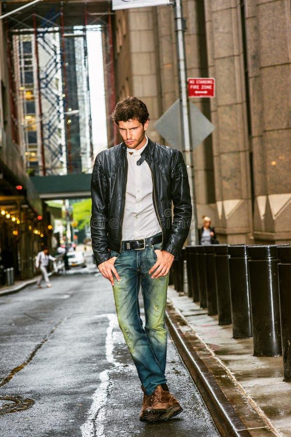 Ung europeisk man som reser i New York royaltyfri bild