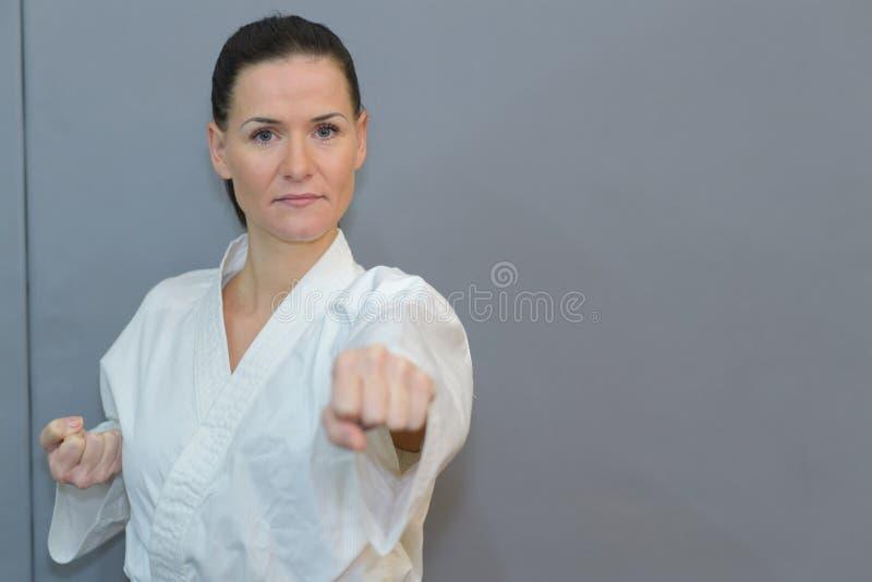 Ung för kämpeutbildning för svart bälte karate royaltyfria bilder
