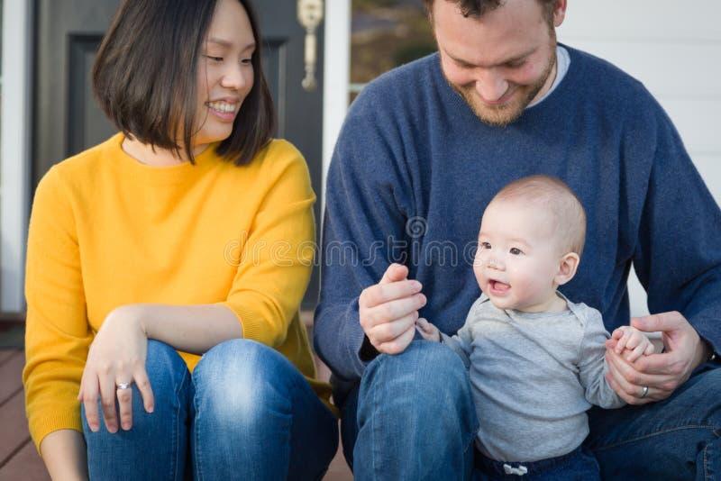 Ung för kines- och Caucasianfamilj för blandat lopp stående royaltyfri fotografi