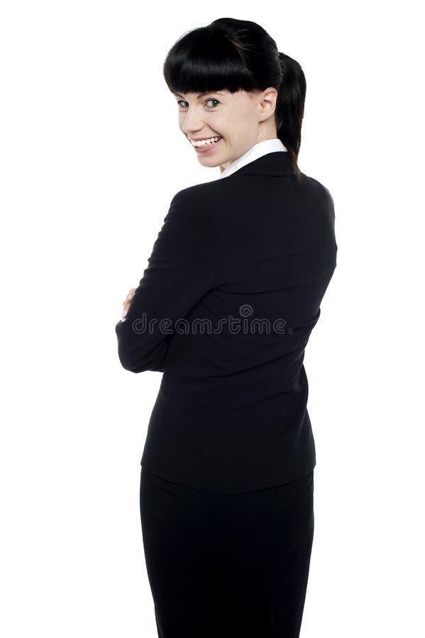 Ung företags lady som baksidt vänder och ler arkivbilder