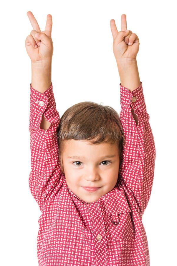 Ung förtjusande pojke båda lyftta händer arkivfoto