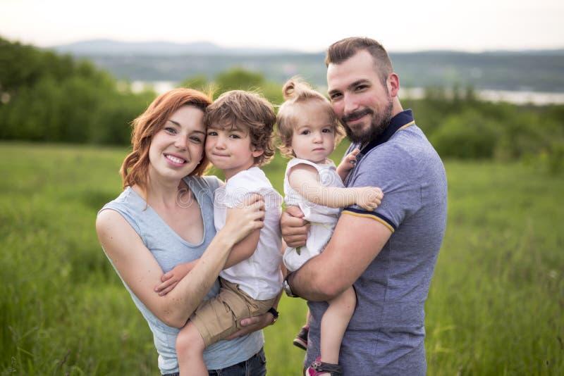 Ung fader och moder med deras gulliga dotter royaltyfri fotografi
