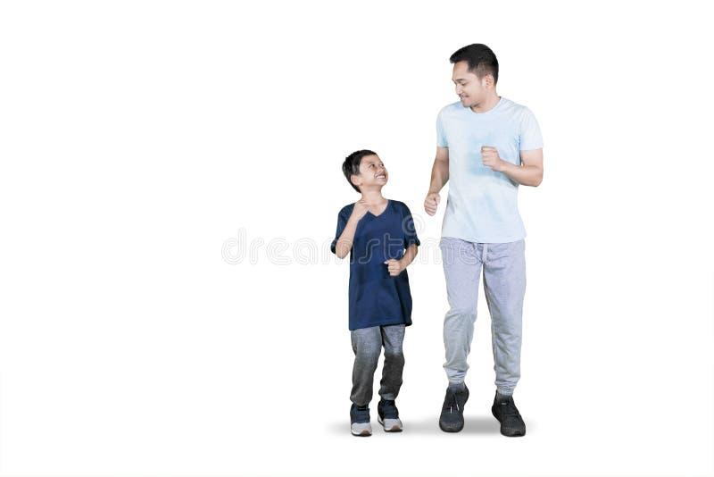 Ung fader som gör övningskörning med hans son royaltyfria bilder