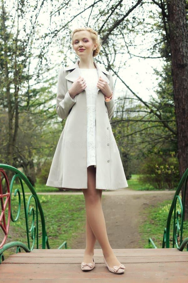 Ung fahionkvinna i sommarträdgården royaltyfri foto
