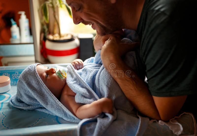 Ung familj - den stolta fadern med hans behandla som ett barn sonen royaltyfri bild