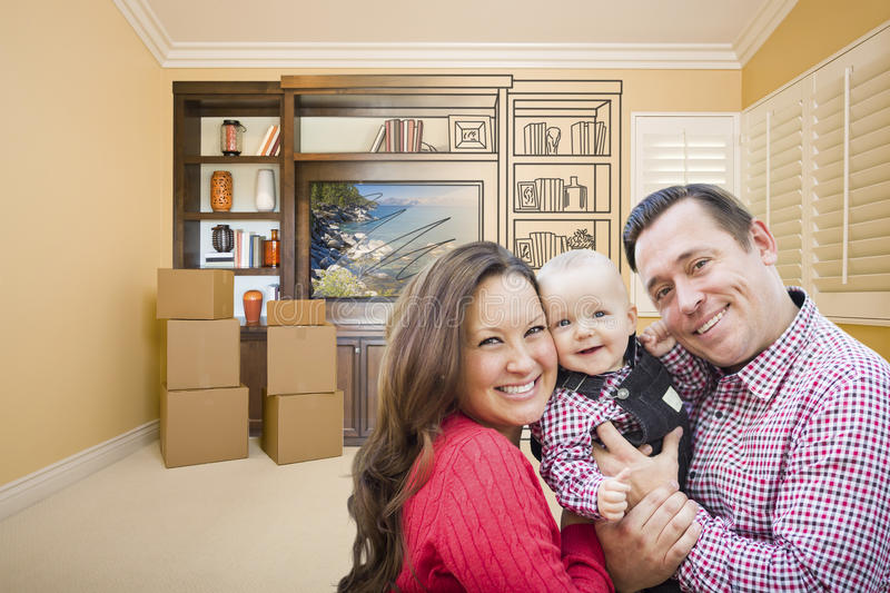 Ung familj i rum med teckningen av underhållningenheten på väggen royaltyfri foto