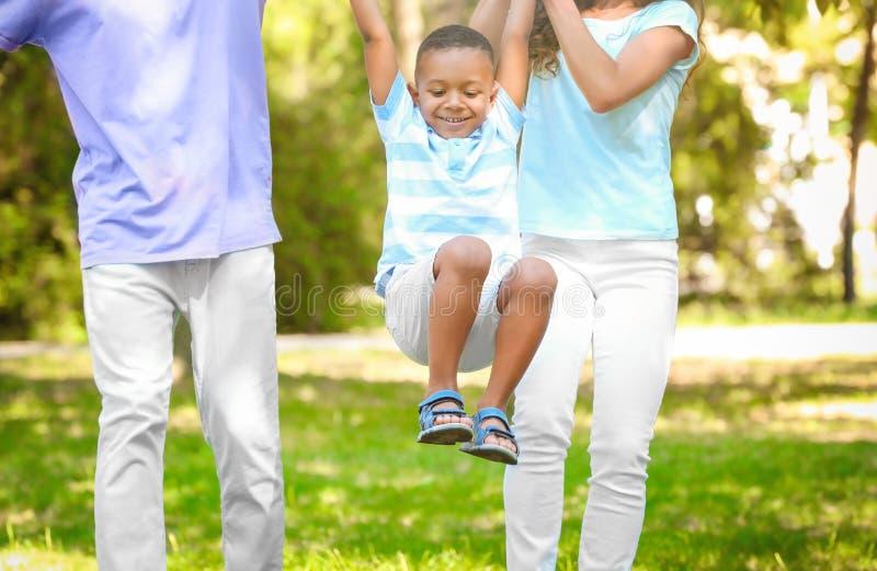 Ung familj med den adoptiv- afrikansk amerikanpojken arkivfoton