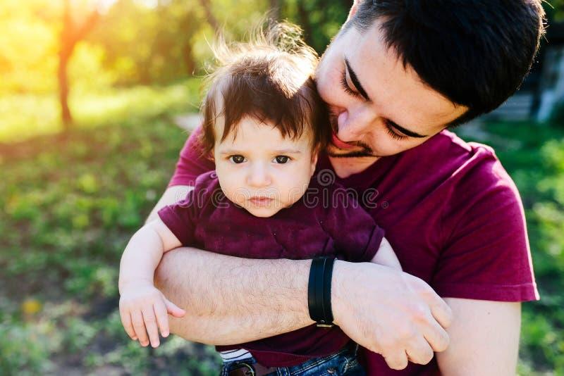 Ung familj med ett barn på naturen royaltyfri foto