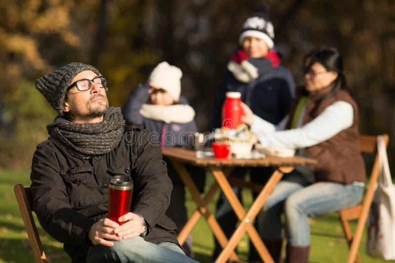 Ung familj på en picknick arkivfoto