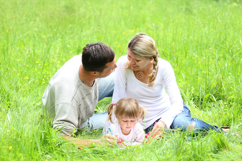 Ung familj på naturen royaltyfri foto
