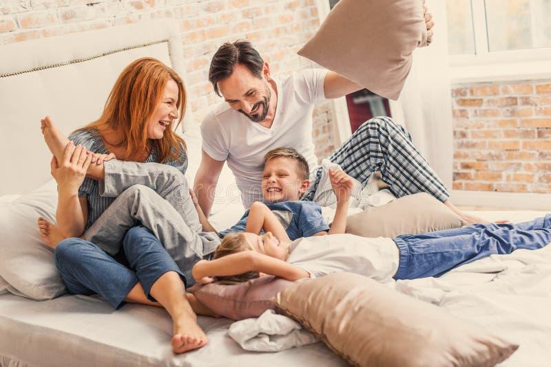Ung familj som är skämtsamt hemmastatt royaltyfria bilder