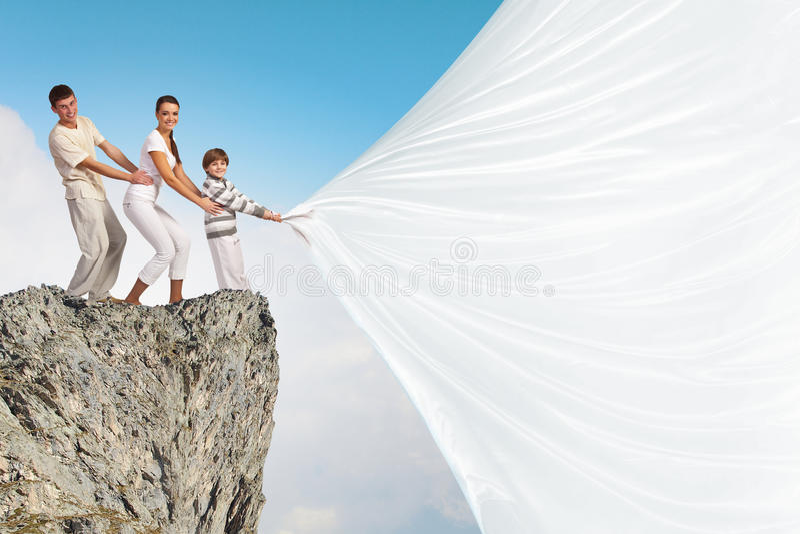 Ung familj som drar banret royaltyfri fotografi