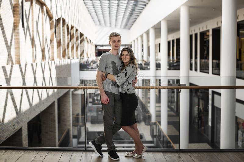 Ung familj som har daterat och spendera tid i shoppinggalleria arkivfoto