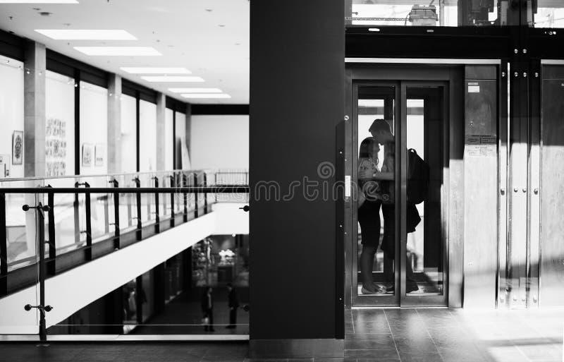 Ung familj som har daterat och spendera tid i shoppinggalleria arkivbilder