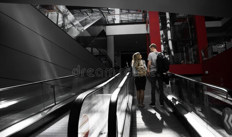 Ung familj som har daterat och spendera tid i shoppinggalleria royaltyfri fotografi