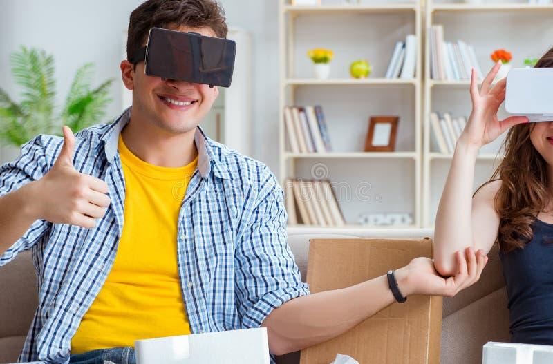 Ung familj som spelar lekar med virtuell verklighetexponeringsglas royaltyfri fotografi