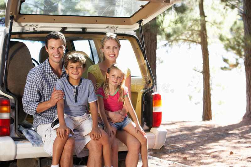 Ung familj som ut tycker om en dag royaltyfri bild