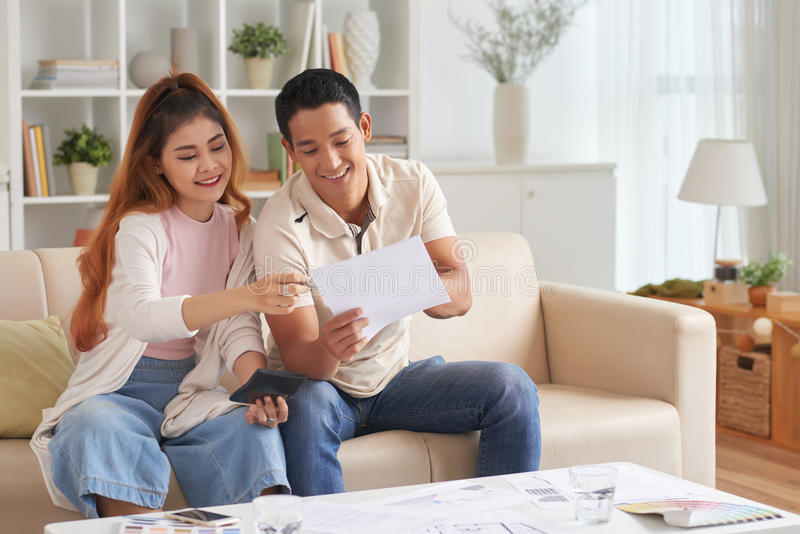 Ung familjeplaneringbudget royaltyfria foton