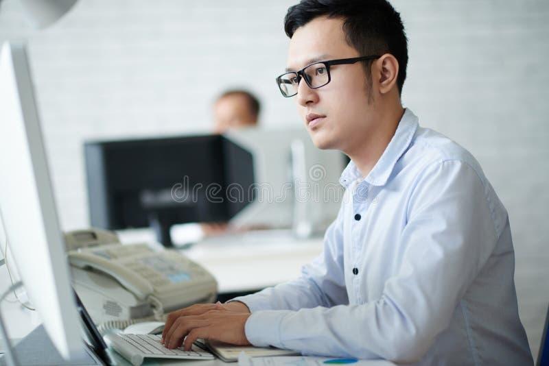Ung finansiell analytiker royaltyfri foto